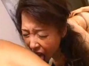 熟女AV女優の黒崎ヒトミが演じる五十路の叔母さんを近親相姦で3Pレイプし玩具責めする甥っ子たち