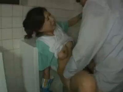四十路熟女な清掃員のおばさんがトイレ掃除の最中にレイプされ巨尻の精子をぶっかけられる
