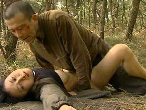 三十路の美熟女奥様がジョギングしている最中に人気の無い獣道で乱暴な強姦魔に青姦レイプで犯される