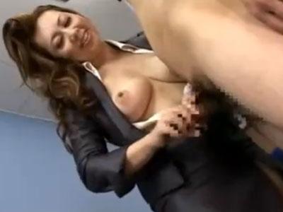 三十路の淫乱熟女社長が社員の若い男性をオフィスで痴女り手コキやフェラチオで逆レイプ!