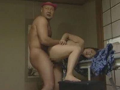 DV夫に三十路のムチムチな熟女妻が不倫SEXの現場を見られ乱暴に浮気相手の前でレイプされる!