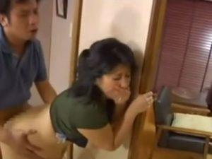 娘の彼氏を寝取る五十路の強欲ババア!熟女ボディを震わせ不倫SEXで生ハメし口内射精で精子を飲む