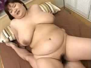巨漢デブな四十路熟女の義母が連れ子と近親相姦SEXでOカップの爆乳とぽっちゃりボディを揺らす!
