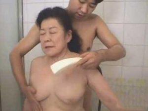もはや介護!七十路の高齢熟女な巨乳老婆がパイパンの閉経マンコに生チンをブチ込まれ喘ぐ!!