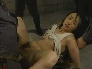 女性刑務所で三十路の美熟女な貧乳妻が刑務官に両手足を拘束され中出しレイプで輪姦される