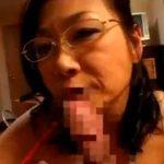 四十路の巨乳熟女な生保レディのメガネ妻が契約取る為に客とハメ撮りSEXでパイズリフェラ