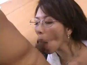 セクハラ好きな五十路の熟女メガネOLが部下の男性社員を次々に痴女り会議室で逆レイプ!