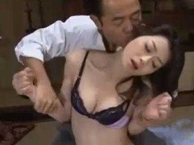 清楚な三十路の美熟女奥様が夫の上司に言い寄られ強引な不倫SEXの末に寝取られてしまう