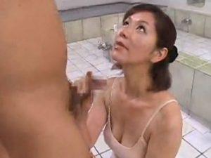 痴女な四十路熟女の巨乳女将が銭湯の利用客増加を狙い手コキやフェラの性的サービスを始める