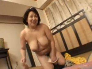 豊満熟女な五十路の素人おばちゃんが爆乳パイズリに強烈な手コキで抜いてくれる熟女動画