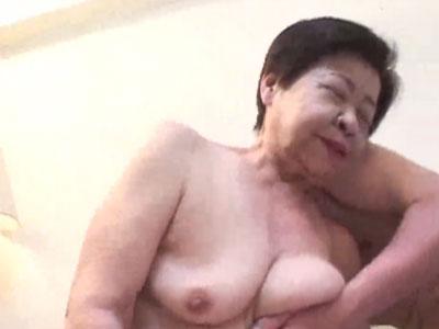 もはや妖怪!六十路越えの高齢熟女な淫乱痴女お婆ちゃんが閉経マンコを弄られ喘ぎまくる!
