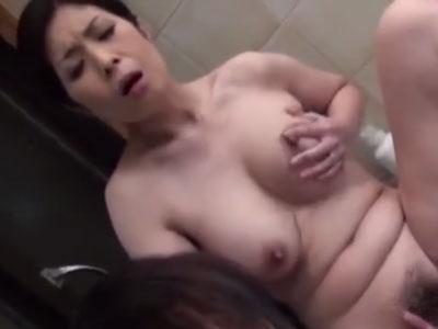 還暦過ぎに見えない美熟女な六十路の巨乳義母がお風呂場で息子と濃厚な近親相姦セックス
