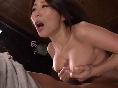 爆乳熟女好きは必見!四十路の巨乳妻が夫の反り立つ肉棒を大きな乳房で挟み激しくパイズリ