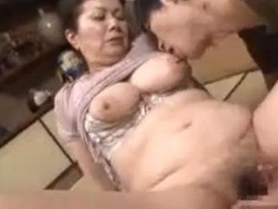 還暦過ぎた六十路の高齢熟女な爆乳祖母に発情した変態な孫が近親相姦SEXで閉経マンコを愛撫