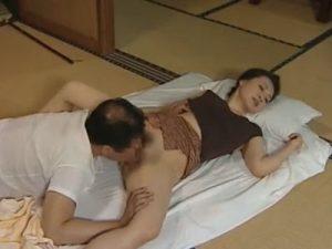 四十路の熟女妻は旦那の淡白なセックスに嫌気がさし間男との濃厚な不倫SEXに寝取られる