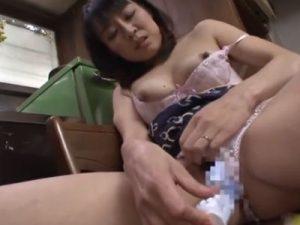 四十路の貧乳熟女な友達の母親がキッチンで乳房を揉みながら極太バイブでオナニーしてるゾ!