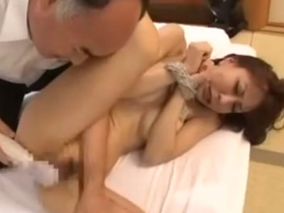 巨乳でスレンダーな四十路の美熟女妻が変態な義父に両手を拘束され寝取らレイプで犯される