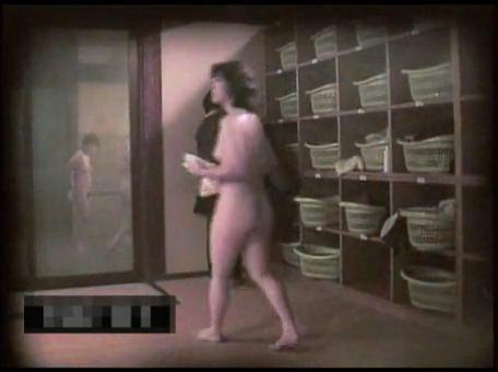 銭湯の脱衣所で熟女人妻若い娘の着替えを隠し撮りwwww