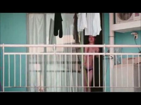 向かいのアパートの人妻がパンツ一丁姿で洗濯物干してるwwww