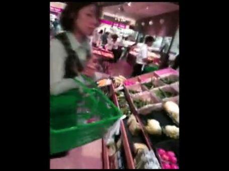 カゴに仕掛けたカメラで晩御飯の買い物に来てた人妻・OLを逆さ撮りパンツ盗撮www