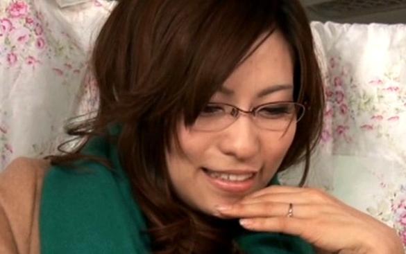 見た目と裏腹に乱れまくる眼鏡美女妻は凄い巨乳でエロ過ぎたので種付けしたった