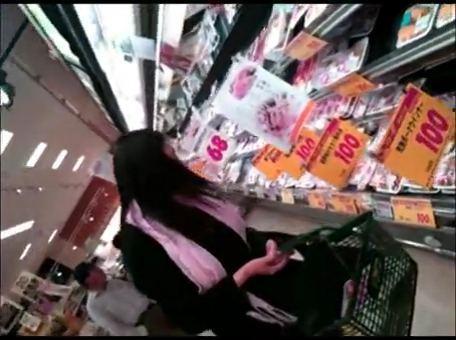 スーパーで晩御飯のショッピングしてる人妻を逆さ撮りパンツ盗撮wwww