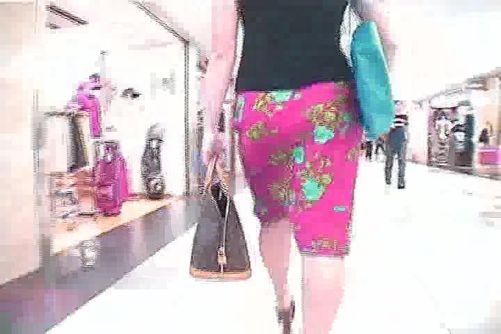 街中夏服人妻お姉さんを追跡ヒップライン隠し撮りwwww
