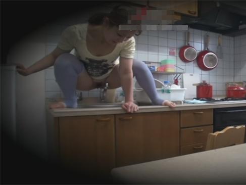 キッチンの流し台でウンコ座りで流し台におしっこしていた専業主婦のムチムチ妻の醜態を隠し撮りw