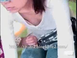 街中人妻熟女の胸元エロ乳首を隠し撮りww