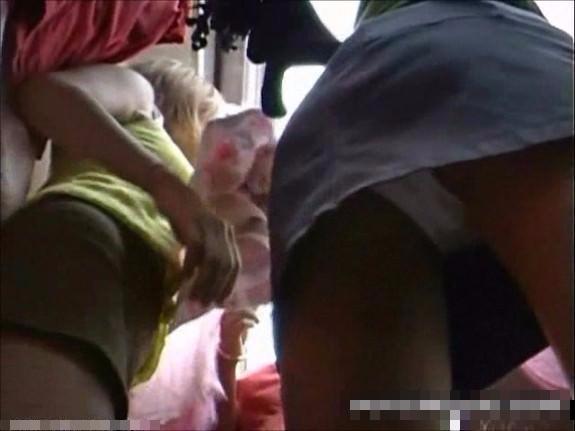 若いヤンママたちの井戸端会議に参加できたので下から逆さ撮り盗撮してエッチな下着が丸見えw