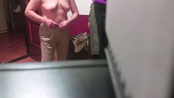 実家で還暦過ぎた母親が服を脱ぐところを隠し撮りwwww