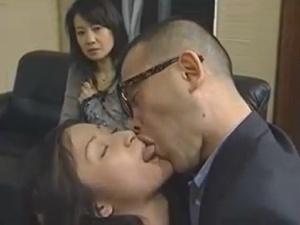 NTRフェチに目覚めた人妻!濃厚接吻性交・覗き・他人棒悶絶!キチ○イ夫婦のエロス