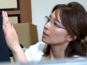 眼鏡美熟女が息子の家庭教師に抱かれて悶絶しまくる