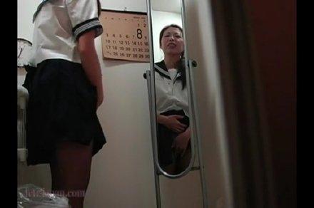娘のセーラー服を着てオナッてる熟女を旦那がこっそり動画撮影