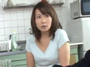 放尿プレイを強いられる美熟女な団地妻!マXコ犯しSEX!