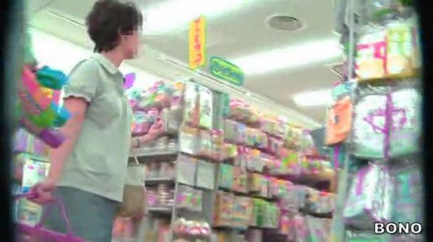 買い物カゴをもって店内を歩く人妻熟女を逆さ撮りパンツ盗撮www