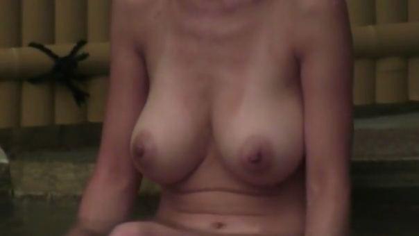 華奢爆乳の四十路妻が露天風呂に入ってる所を望遠カメラで撮影www