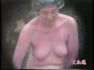 露天風呂に浸かる腰まわりのお肉がヤバイ50代のオバハンを隠し撮りwwww