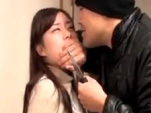 ナイフで脅されてレXプされる人妻。亭主は近くにいるが・・・哀しき結末