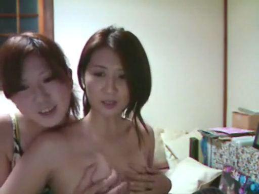 可愛い娘が美女な母親のオッパイをモミモミ生放送wwww