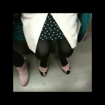 電車の座席に座るトレンカ熟女を隠し撮りwwww