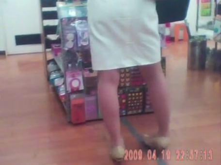 雑貨屋で買い物中のふくらはぎがエロい人妻を隠し撮りwww