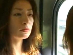 電車でJKを取り囲む2人の熟女なレズビアン!3人レズベロチュー性交!