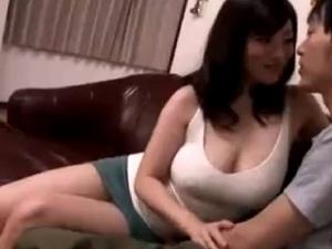 家の中ではノーブラで過ごす爆乳ママ!透け乳発情!母子相姦!