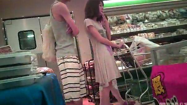 スーパーに亭主と買い物に来ていた美脚美女妻を逆さ撮りパンツ盗撮wwww