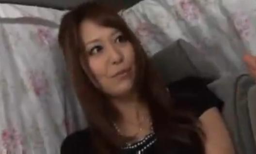 「コンドームつけて・・」デカチン挿入されるとヨガりまくるマダムに無許可で中出し