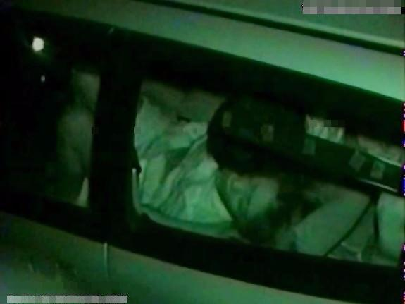 熟年カップルが車の中で発情してセクロスする所を暗視カメラで隠し撮りw