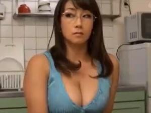 高慢でムチエロな巨乳美熟女をエロガキ3人が種付けSEX!