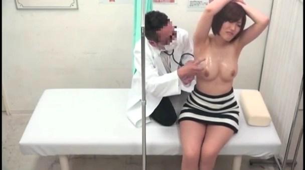 控え室に旦那が居る人妻に手マンで潮吹かせてチンポ挿入www