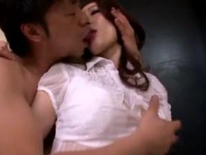 激しい不倫接吻寝取られ!いきなり巨乳妻の唇を奪い…